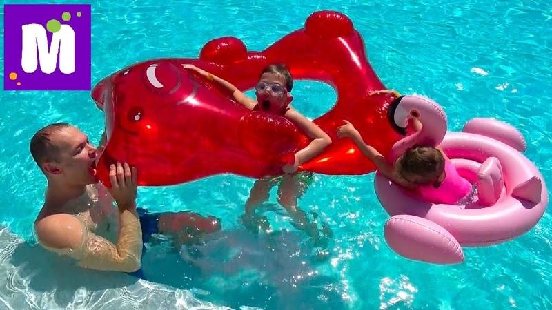 ВЛОГ Гигантский желейный медведь в бассейне Акула укусила Макса за попу POO in the POOL Gummy Bear