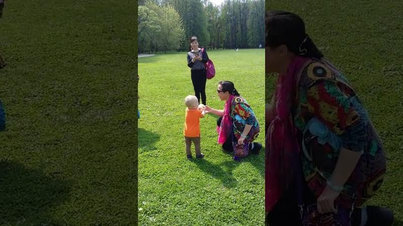 Прикол. Вьетнамцы впервые видят русского малыша.