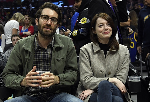 Эмму Стоун поймали на свидании с новым бойфрендом Эмма Стоун попала в объектив папарацци во время посещения баскетбольного матча LA Clippers в Staples Center, на который пришла вместе со своим