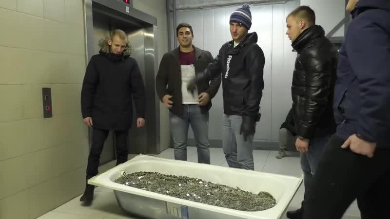 Житель Москвы принес ванну с мелочью для покупки iPhone