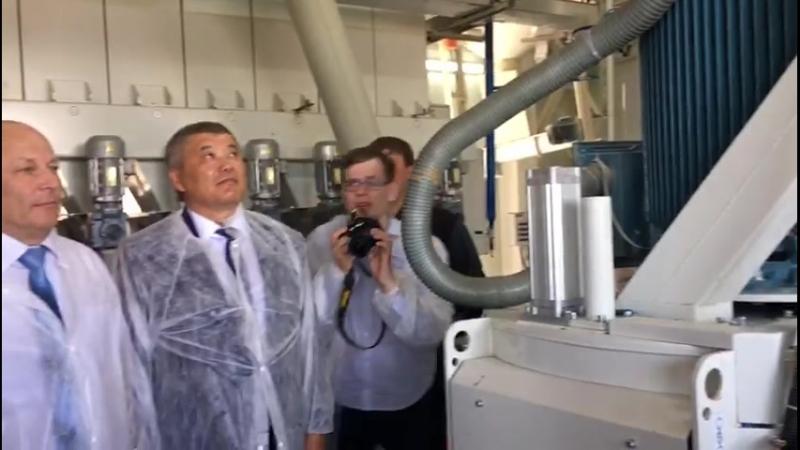 Александр Бурков на открытии завода комбикорма в Кормиловке
