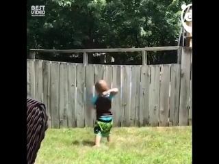 Парень бросает мяч соседской собаке