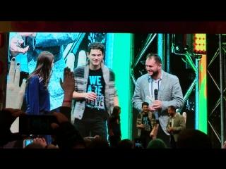 Брайан Декарт и Амелия Роуз-Блэр принимают подарки и поют песни на Comic Con Russia
