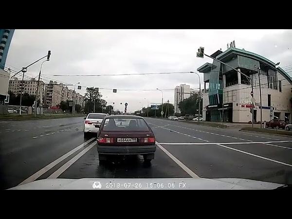 После полива дороги мчится бешенный мотоциклист-везунчик. ДТП