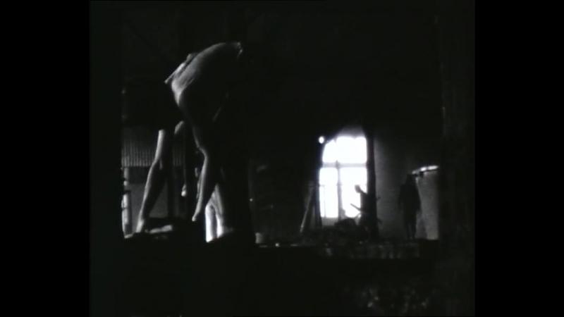Plagwitzer Interessengemeinschaft« (PIG) from Leipzig-Plagwitz, in which they are simulating work: »Bei Werk« (GDR, 1985)