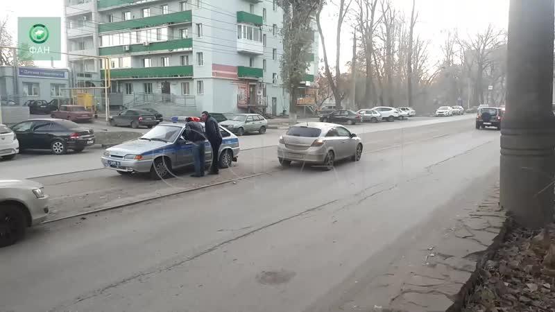 Легковушки и трамвай столкнулись в Саратове