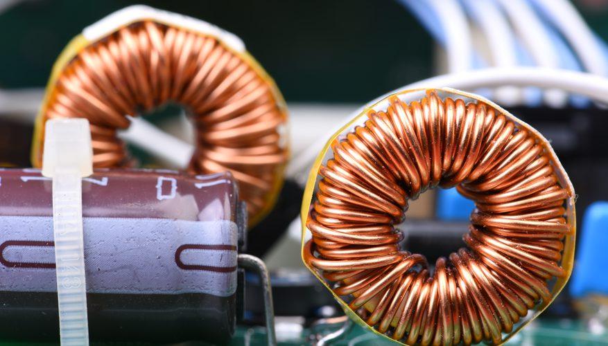 Небольшой электромагнит с магнитной проволокой, обернутый вокруг него.