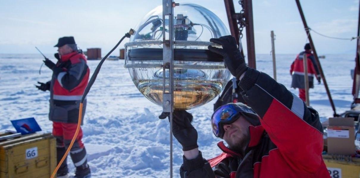 На дне Байкала установили новые нейтринные детекторы для телескопа, который изучает Вселенную