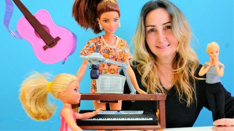 Özgenin mağazası. Barbie kızına enstrüman alıyor. Kukla oyunu