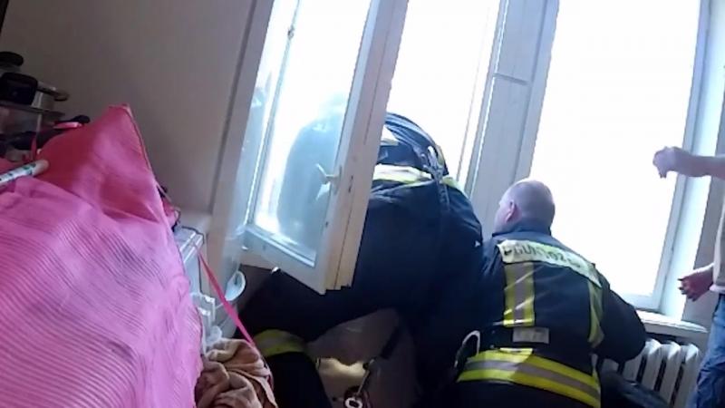 В Латвии спасатели поймали на лету падающую с четвертого этажа женщину