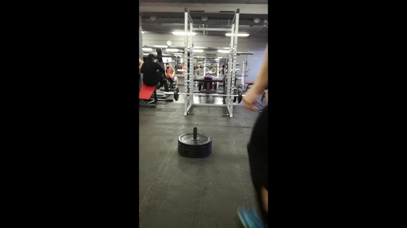 Решил внести разнообразие в свои тренировки. 77 кг одним пальцем. По ощущениям запас ещё килограмм 10-15. А вам слабо?)