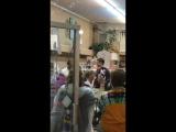 ДРЕВНИЕ Чарльз Майкл Дэвис и Мэтт Дэвис в сувенирной лавке в Ковенгтоне, Джорджия.