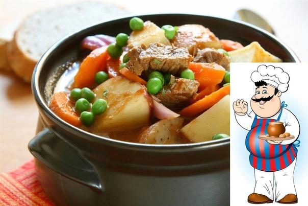 Жаркое из курицы по-русски Ингредиенты: Курица весом примерно 1 кг, 400г репчатого лука, 50г изюма, 50г ядер грецкого ореха, 50г свежих грибов, 15г сливочного масла, свежая зелень, соль, молотый