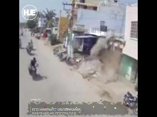 В Индии рабочий рухнул вместе со стеной