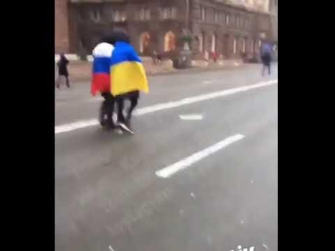 Видео: в центре Киева смельчаки устроили акцию дружбы с российским флагом