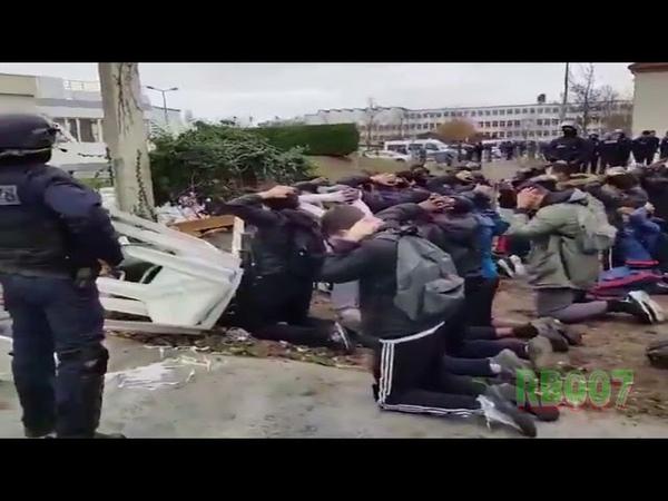 Francia, in ginocchio e con le mani in testa: gli studenti sotto il controllo della polizia armata