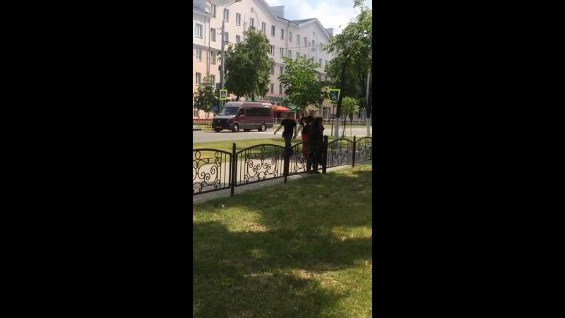 В Новобелице бездомный непонятно зачем и неизвестно чем натирает ограды и лавочки, женщина снявшая видео обеспокоена, что это мо