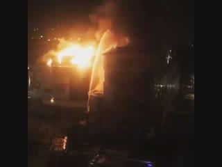 Во Владивостоке загорелся торговый центр.