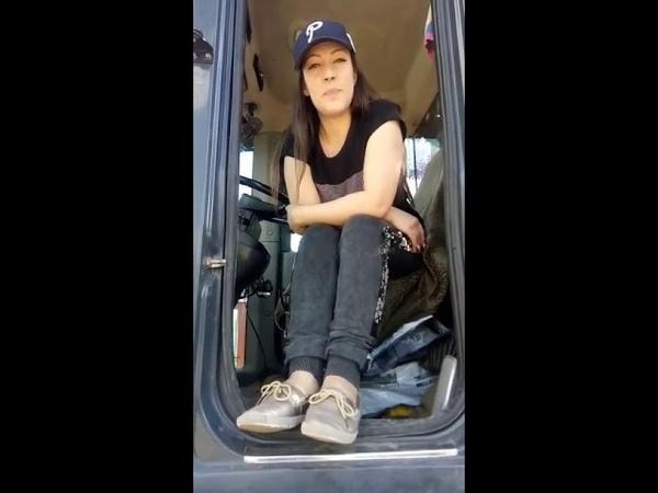Девушка водитель погрузчика