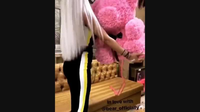 Блондинка очень довольна подарком мишки из роз!