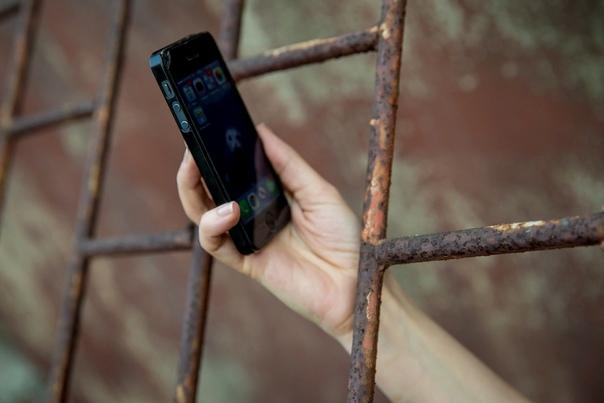 В Чувашии на скамье подсудимых окажется бывший сотрудник исправительной колонии №9, который пронес на территорию ИК три сотовых телефона.