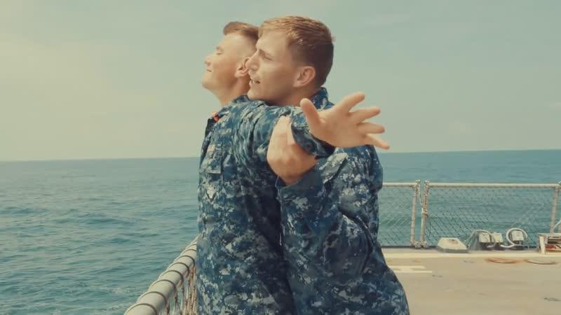 Naval Academy midshipmen. That's hot. Курсанты Военно-морской академии США - это горячо.