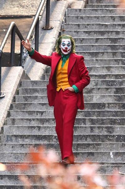 Завершились съёмки «Джокера» с Хоакином Фениксом Как сообщают Daily Mail, в Нью-Йорке подошли к концу съёмки кинокомикса DC «Джокер» от режиссёра «Мальчишника в Вегасе» Тодда Филлипса. Заодно