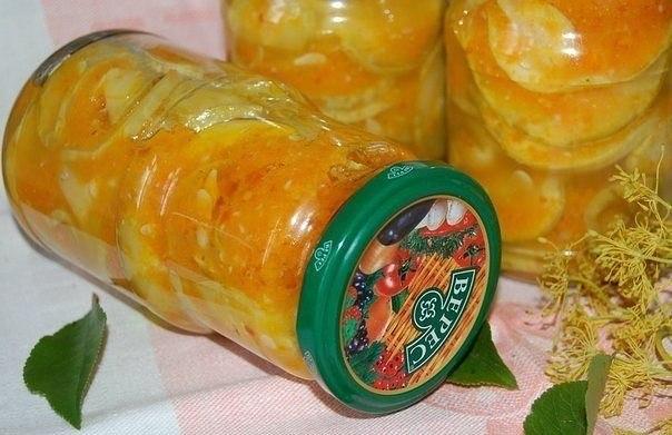 кабачки в остром соусе для приготовления понадобится: • кабачки - 3 кг.; • горький перец - 1 шт.; • морковкь - 3 кг.; • чеснок - 100 гр.; • 9% уксус - 1 стакан; • растительное масло - 1 стакан; • сахар - 1 стакана; • соль - 2 ст.л. данное количество