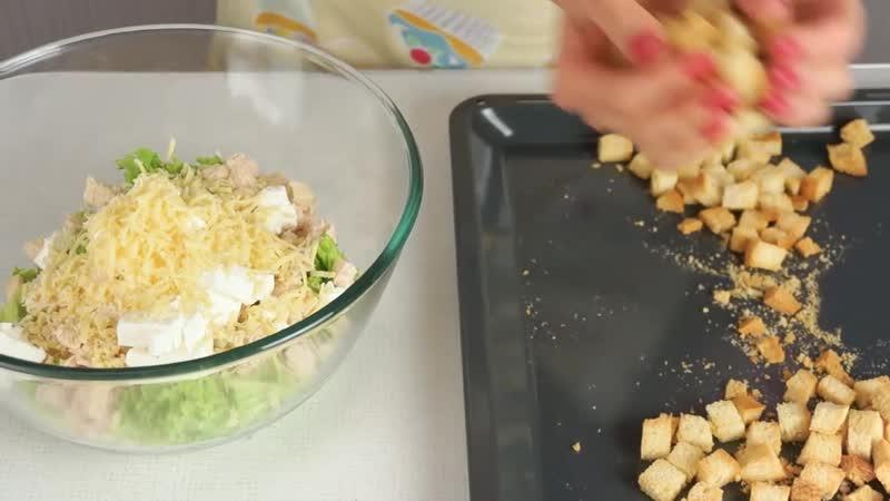 Салат с листьями салата, сухариками и курицей _ Простой рецепт салата _ ГОТОВИМ