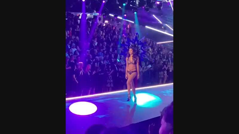 Сара дефилирует в сегменте «Celestial Angels» на показе «Victoria's Secret» (08/11/18)