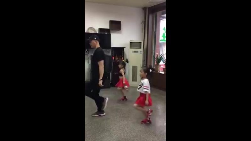 С дедушкой танцевали, теперь с папой » Freewka.com - Смотреть онлайн в хорощем качестве
