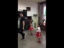 С дедушкой танцевали, теперь с папой