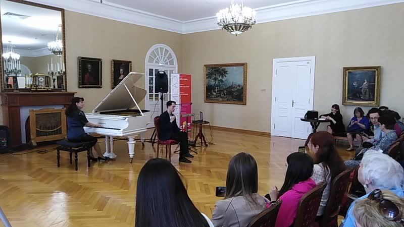 Пётр Термен играет на терменвоксе в форме русской матрешки