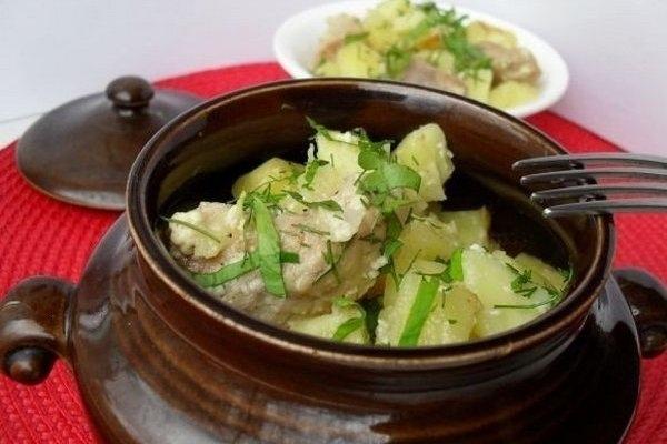 Свинина со сметаной и картофелем в горшочке