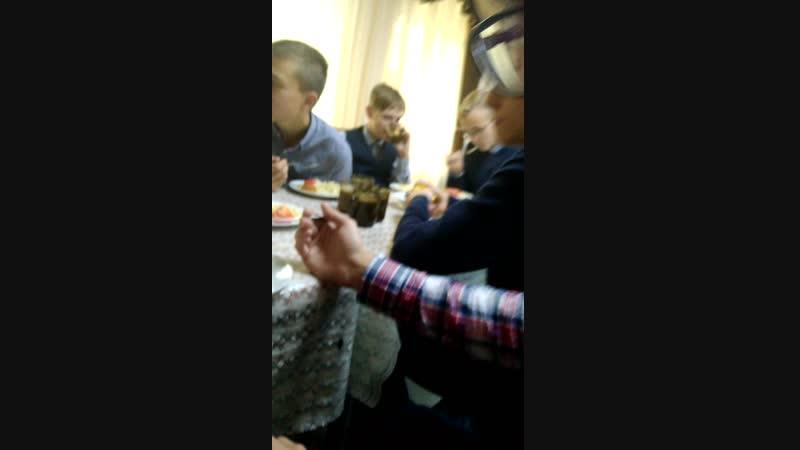 Дегустатор эксперт Ярослав Скворцов оценивает качество еды в школьной столовке