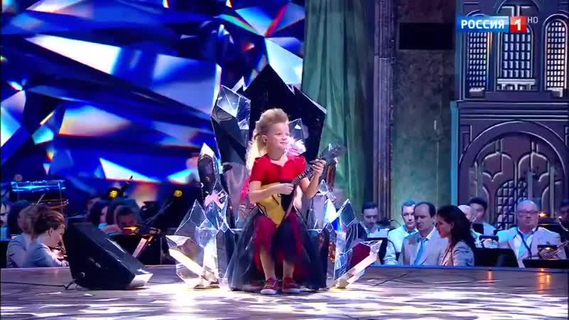 Телеканал «Россия 1» - 8-летняя девочка играет Паганини на балалайке так, что неистово аплодирует ве