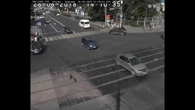 Пермь, девушка забыла поставить машину на ручник и та наехала на толпу пешеходов