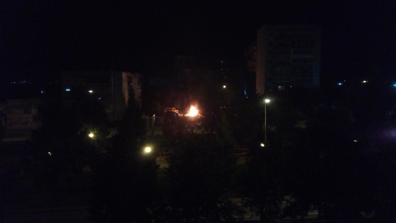 WRmCDESy8gY - Ночью в Белово сгорел Mercedes-Benz Автопожар произошёл на Октябрьской. Ночью