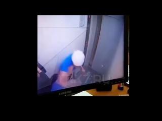 Пожилой мужчина вступился за девушку в лифте одного из красноярских домов