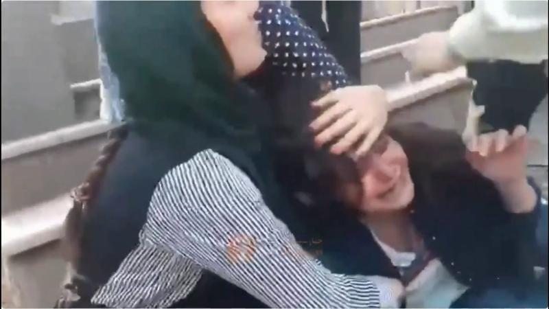 Das Passiert Frauen im Iran die Ihr Kopftuch Unsachgemäß Tragen