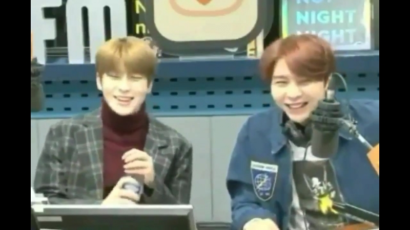 Jaehyun being sweet to johnny by removing dust from johnny's jacket 2018