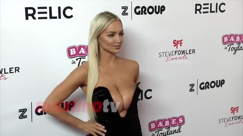 Модель Линдси Пелас похвасталась грудью перед папарацци