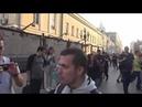 Путинская полицейская машина хватает на Арбате людей, просто за то что они там стоят.
