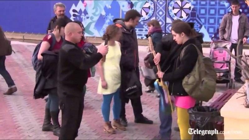 ¡A latigazos! Policía de Rusia impide protesta de Pussy Riot en Sochi2014