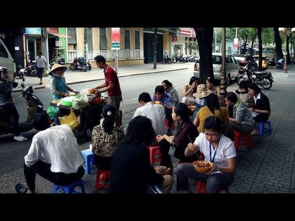 209 Вьетнам Нячанг Вьетнамцы завтракают прямо на улице Nha Trang have breakfast on the street