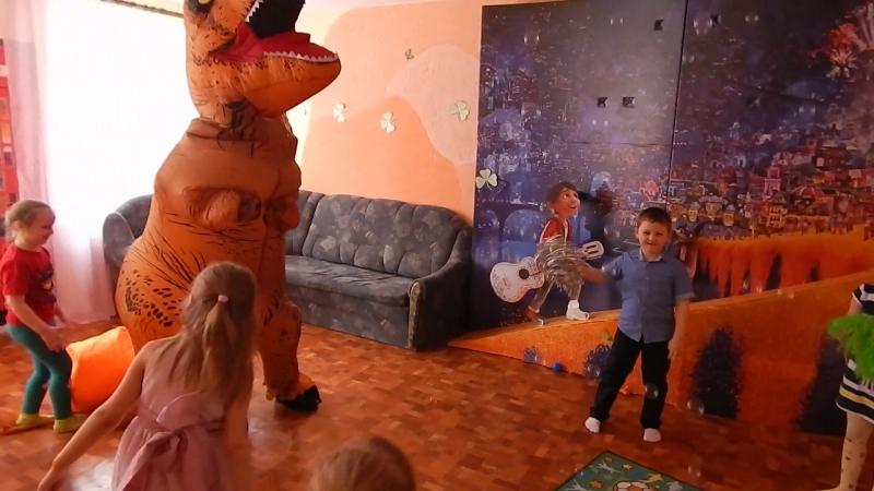 Танцы с динозавром Тошей