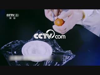 В Китае вылупляется первый цыпленок без скорлупы_CCTV Русский