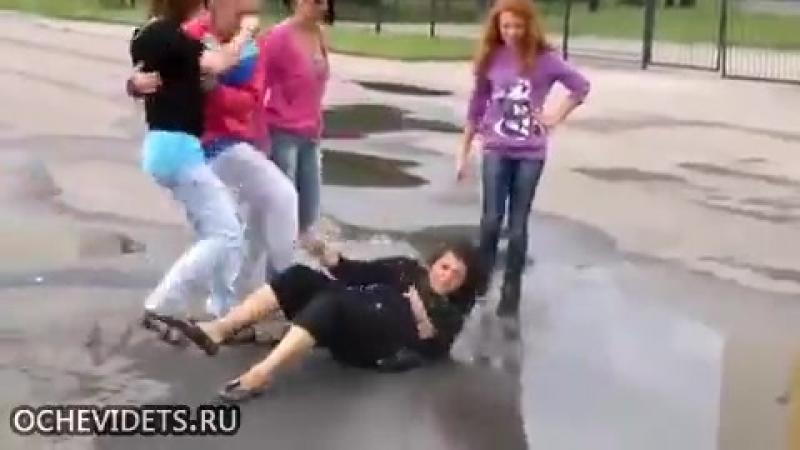избиение женщины малолетками.