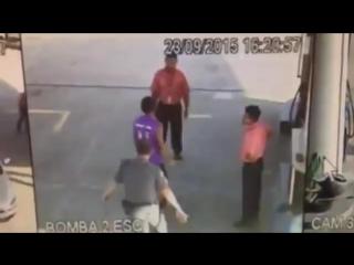 Vagabundo foi roubar o posto, não viu o pm e... não canso de assistir esse vídeo.