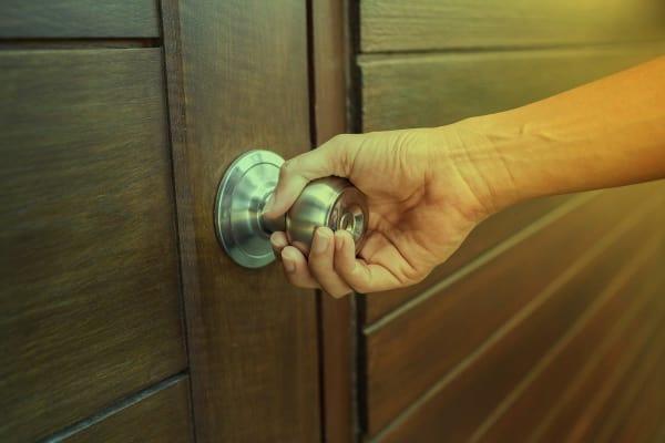 Постоянная проверка, подтверждающая, что двери заперты, может быть признаком ОКР.